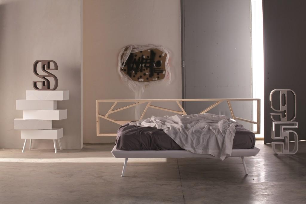 Comodino moderno My Love e letto Space con testata in legno rivestita di cemento laccato opaco fango. Soluzioni di arredo della Collezione 555 Notte firmata Voltan