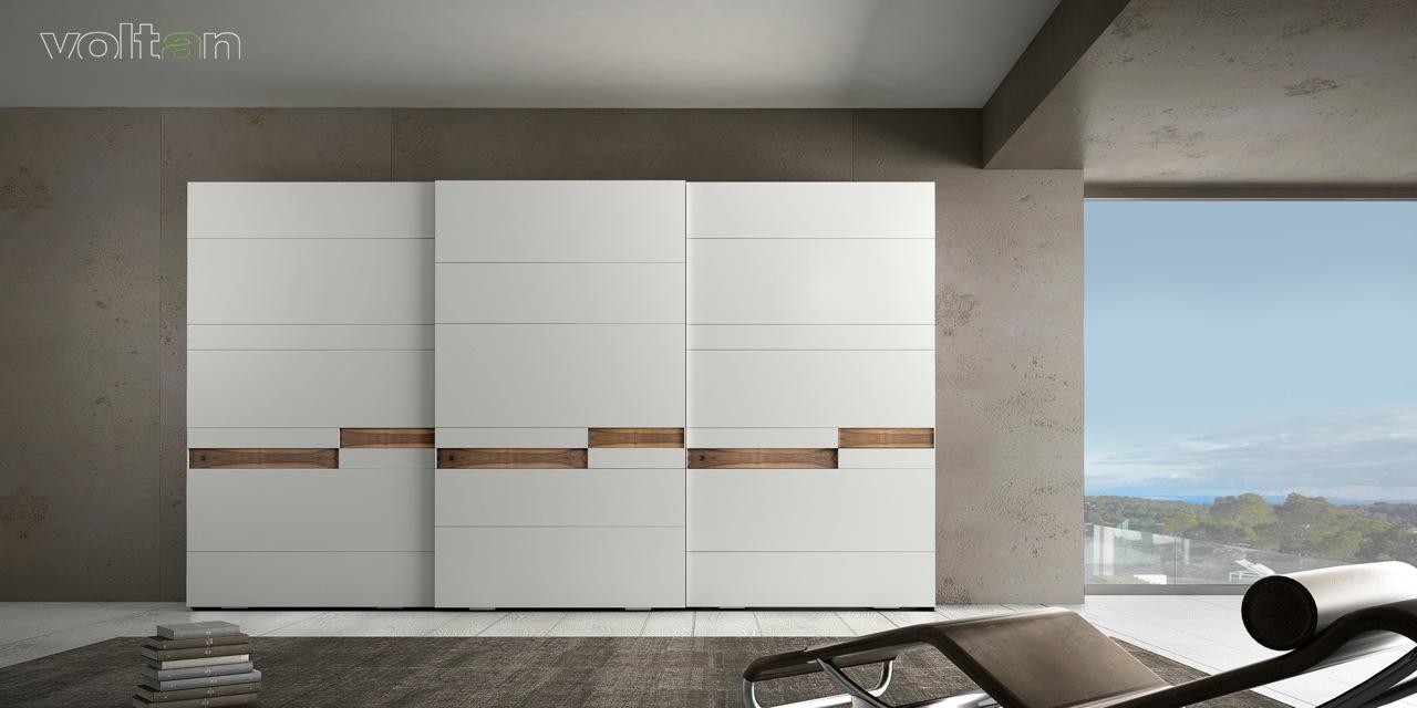 armadio moderno bianco con tre ante scorrevoli